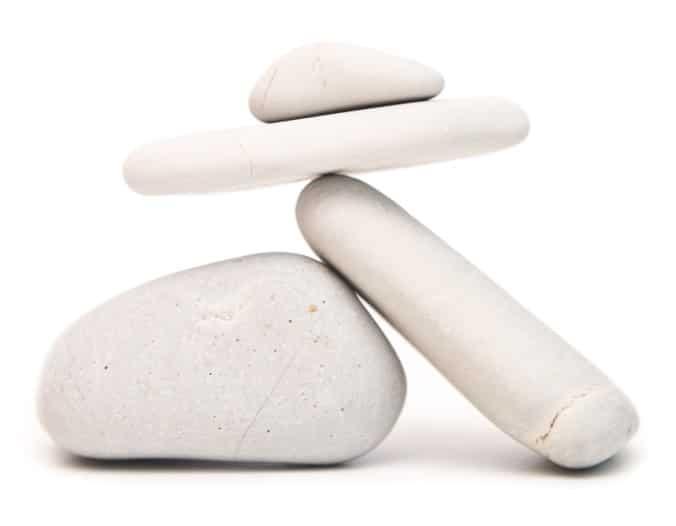 Sculpture de cailloux représentant l'équilibre de vie