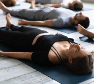Yoga nidra en position shavasana pour la découverte du monde intérieur et une régénération cellulaire.